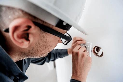 Comment reconnaître un bon artisan électricien
