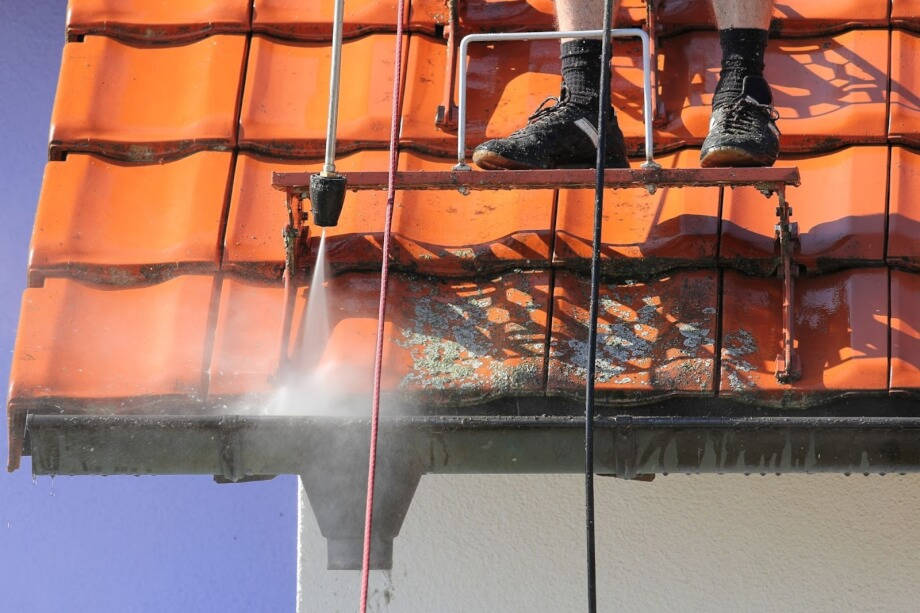 Nettoyage et demoussage de toiture 77 : 4 bonnes raisons de faire appel à un expert couvreur